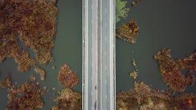 Auto's en vrachtwagens die op de weg lopen stock video