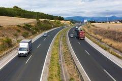 Auto's en vrachtwagens in een weg Royalty-vrije Stock Foto