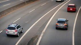 Auto's en Vrachtwagens op Avondweg stock footage