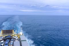 Auto's en Vrachtwagens op een Veerboot Stock Fotografie