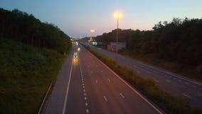 Auto's en vrachtwagens op een weg stock videobeelden