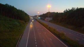 Auto's en vrachtwagens op een weg stock video