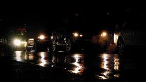 Auto's het Drijven en het Een rij vormen op Regenachtige Nacht stock videobeelden