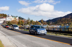 Auto's het drijven langs de kust van meer Chuzenji, Japan Stock Foto's