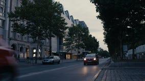 Auto's het drijven langs Ku 'damm Kurfuerstendamm in de Avond in Charlottenburg in Berlijn stock footage