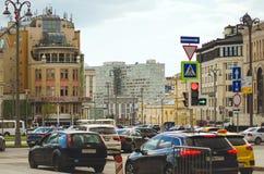 Auto's het drijven op de straten van Moskou royalty-vrije stock fotografie