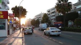 Auto's het drijven op de weg in Limassol stad stock videobeelden