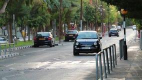 Auto's het drijven op de weg in Limassol stad stock footage