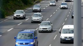 Auto's het drijven op een autosnelweg stock video