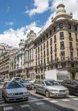 Auto's het drijven op een straat in Madrid Stock Foto's