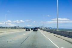 Auto's het drijven op Richmond - de brug van San Rafaël, de baai van San Francisco, Californië Stock Fotografie