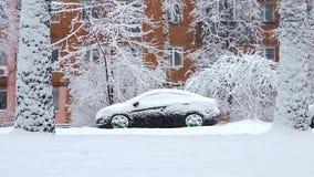 Auto's het drijven op sneeuwweg in de winter in de stad, sneeuwval, blizzard stock video