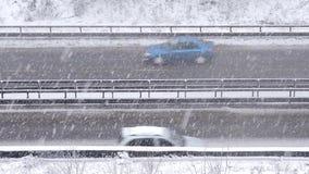 Auto's het drijven op sneeuwweg in de winter, verkeer op weg in sneeuwval, blizzard stock videobeelden