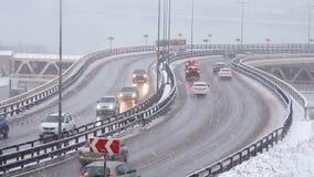 Auto's het drijven op sneeuwweg in de winter, verkeer op weg in sneeuwval, blizzard stock video