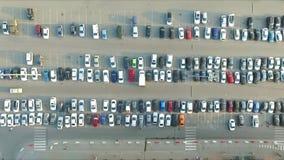 Auto's in het parkeerterrein dichtbij het winkelcentrum stock footage