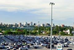 Auto's in het parkeerterrein dichtbij het winkelcentrum Rostov-TREK aan Rusland stock foto
