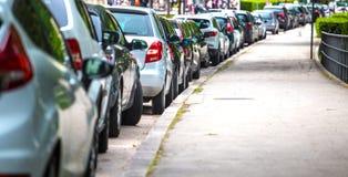 Auto's in het parkeerterrein worden geparkeerd dat royalty-vrije stock foto's