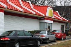 Auto's in McDonalds aandrijving-door Royalty-vrije Stock Foto's