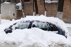 Auto's met sneeuw na sneeuwonweer dat worden behandeld Stock Fotografie