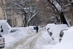 Auto's met sneeuw na sneeuwonweer dat worden behandeld Royalty-vrije Stock Afbeelding