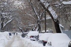 Auto's met sneeuw na sneeuwonweer dat worden behandeld Royalty-vrije Stock Foto's