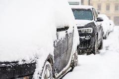 Auto's met Verse Witte Sneeuw na een Zware Blizzard in Boekarest worden behandeld dat royalty-vrije stock foto