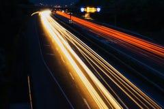Auto's in motie op weg Stock Afbeeldingen
