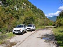 Auto's Niva op een bergweg Stock Foto's