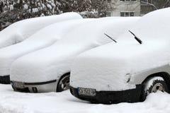 """Auto's onder niet gereinigde sneeuw tijdens zware sneeuwval in de stad van van Sofia, Bulgarije †""""26,2018 februari Royalty-vrije Stock Foto"""