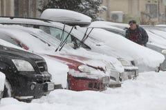 """Auto's onder niet gereinigde sneeuw tijdens zware sneeuwval in de stad van van Sofia, Bulgarije †""""26,2018 februari Stock Afbeelding"""