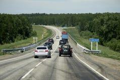 Auto's op еhe Russische die route M52 (R256), ook als Chuya-Weg of Chuysky Trakt van Novosibirsk aan de grens van Rusland met Mo stock afbeelding