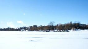 Auto's op bevroren Meer Bemidji dichtbij de Universiteit worden geparkeerd waar de studenten een kortere gang aan klasse die hebb stock videobeelden