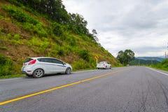 Auto's op de manier aan het reizen Royalty-vrije Stock Foto's