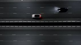Auto's op de nachtweg Het verkeer van de nacht Mening van de lucht vlucht op de nachtweg stock footage