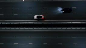 Auto's op de nachtweg Het verkeer van de nacht Mening van de lucht vlucht op de nachtweg stock videobeelden