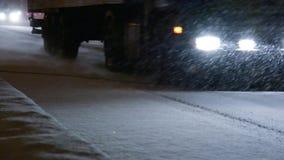 Auto's op de stadsweg in een sneeuwstorm stock video