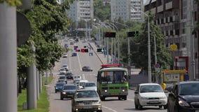 Auto's op de straat in de stad stock footage