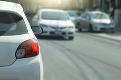 Auto's op de weg stock afbeeldingen