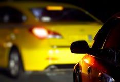 Auto's op de weg in dark royalty-vrije stock afbeeldingen