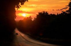 Auto's op de Weg in de tijd van de Zonsondergangavond Stock Foto