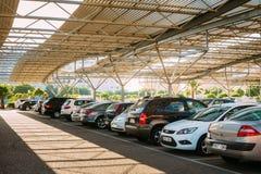 Auto's op een parkeerterrein in zonnige de zomerdag in Fuengirola, Spanje Stock Foto's
