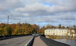 Auto's op straat in Vyborg, Rusland Stock Afbeelding