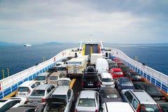 Auto's op veerboot stock afbeelding