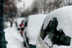 Auto's in sneeuw na blizzard worden behandeld die Stock Foto