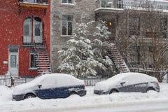 Auto's in sneeuw tijdens sneeuwstorm worden behandeld die stock foto