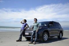 Auto's, strand, en mensen Royalty-vrije Stock Afbeeldingen