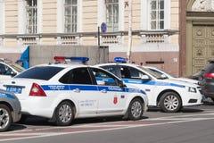Auto's van de patrouilleverkeer van de verkeerspolitie in St. Petersburg Stock Foto's