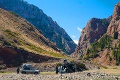 Auto's van reizigers in een bergkloof Het landschap van de berg Royalty-vrije Stock Fotografie