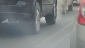 Auto's in verkeer Uitlaatdampen van uitlaatpijp stock videobeelden