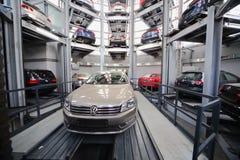 Auto's Volkswagen in de toren voor opslag Stock Afbeelding